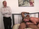 Vidéo porno mobile : Son mari impuissant, la regarde se faire baiser par un black